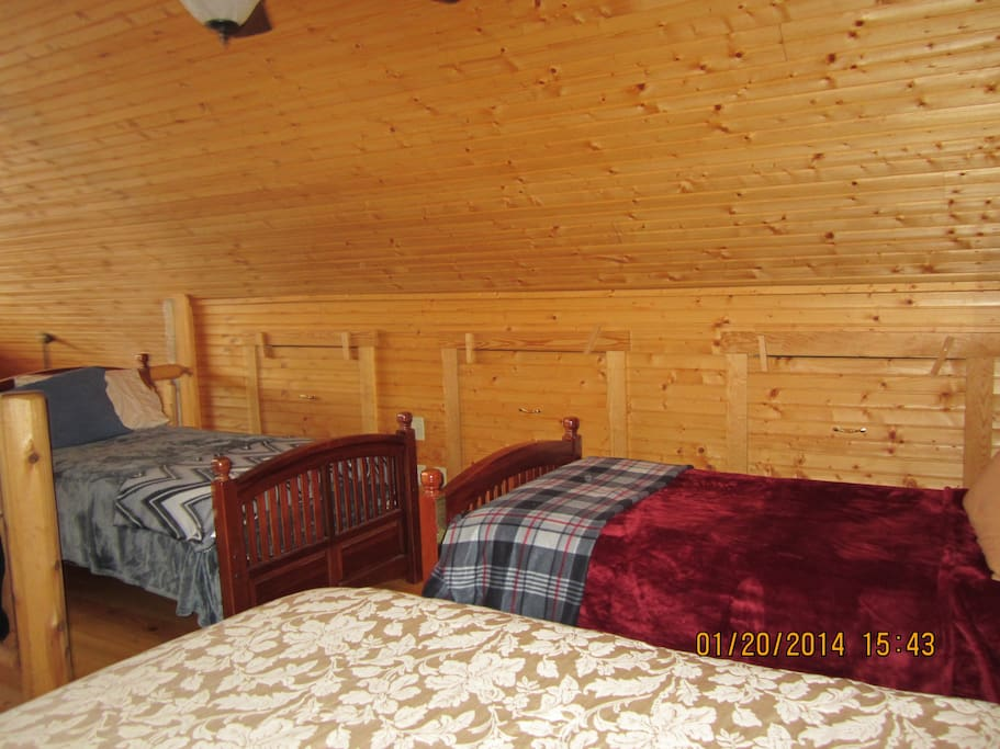Luray Vacation Rental-Loft area two twins and a king size bed