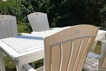 Gemensam sittplats på baksidan av huset i trädgården.