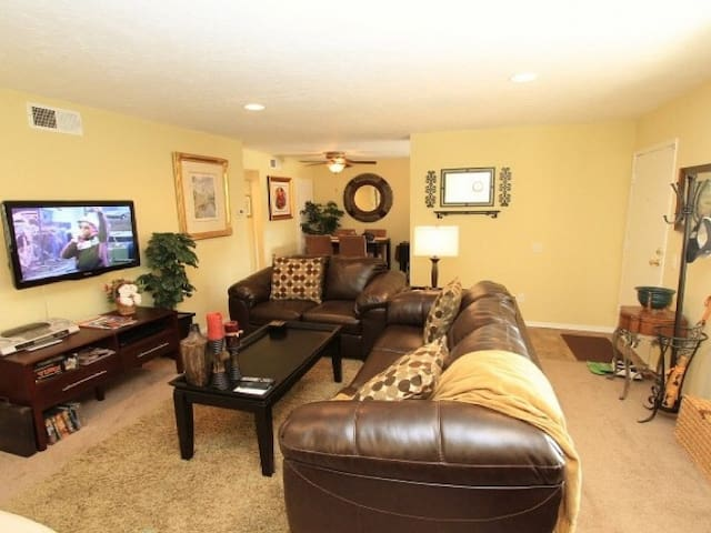 Family-friendly, ground floor condo w/ shared hot tubs & pools, & mountain view