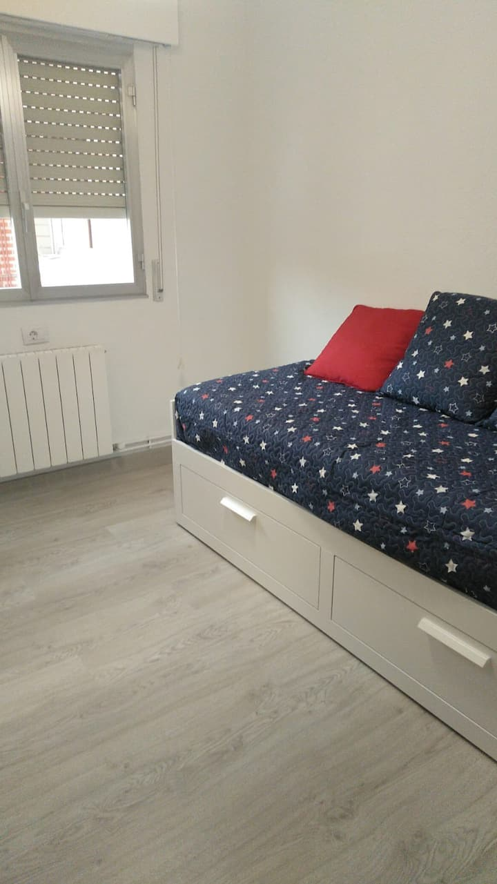 Alquilo habitación privada muy bonita y soleada .