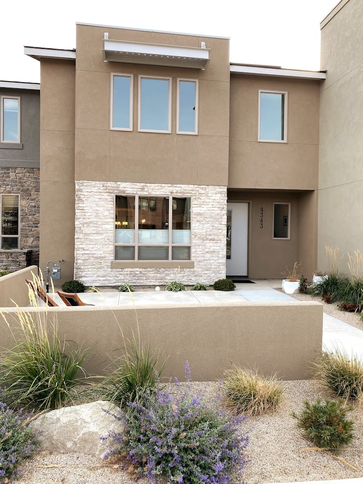 Amazing townhome w/outdoor vibes in Harris Ranch!