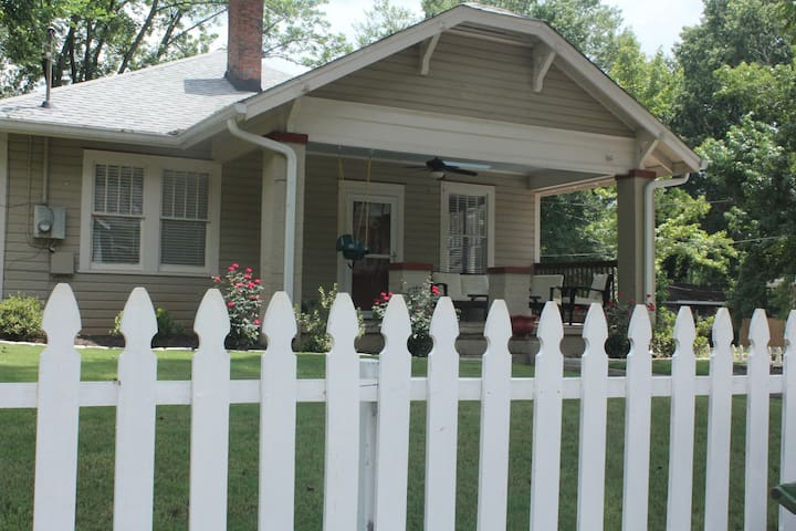 Charming 3/2 in Grant Park w/deluxe master bath!