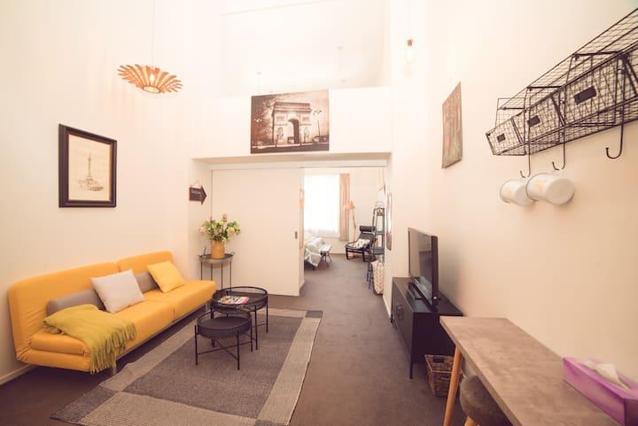 奥克兰Downtown交通枢纽商业中心摩登挑高工业风格一室一厅公寓