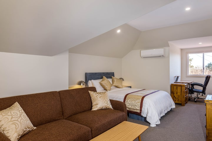 Marulan Stayz - Executive Loft #6 ONLY