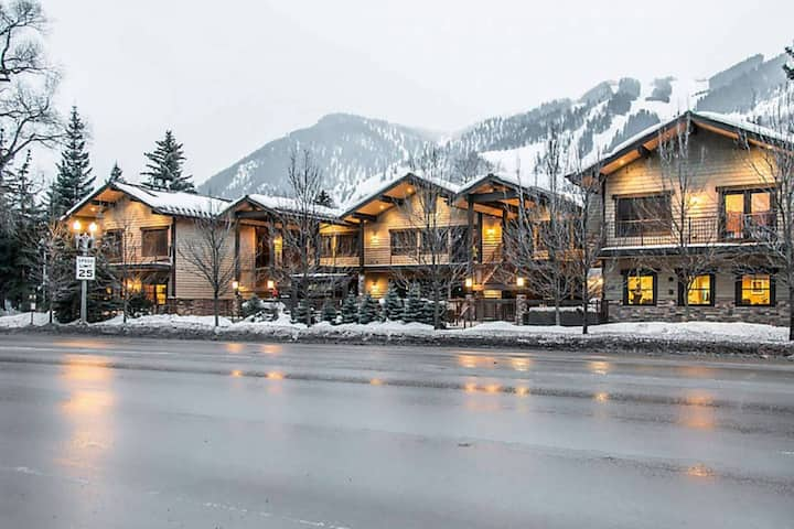 Full Service Aspen Condo Walk To Town. Outdoor Heated Pool & Hot Tub, Airport Shuttle, Gas Fireplace