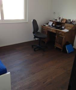 Schönes Zimmer in neuer Wohnung - Thunstetten - Lägenhet