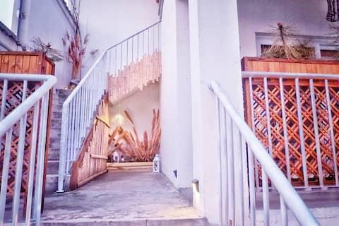 龙门石窟,温泉圣地【玖屿】之『玖里』,私家小院二楼套房,换一个空间体验梦想中的生活。