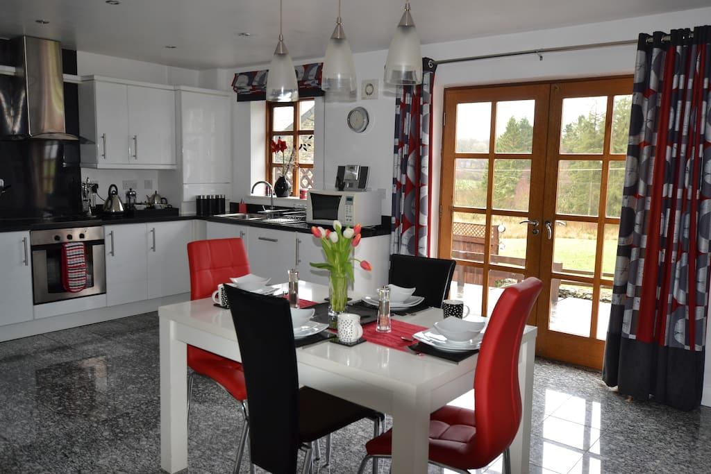 Contemporary kitchen with all mod cons