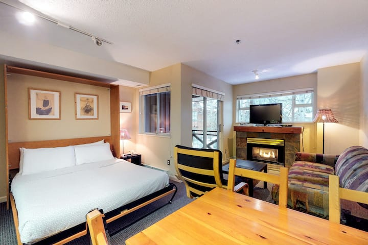 Relaxing third-floor studio w/ a private balcony & shared hot tub - golf nearby!