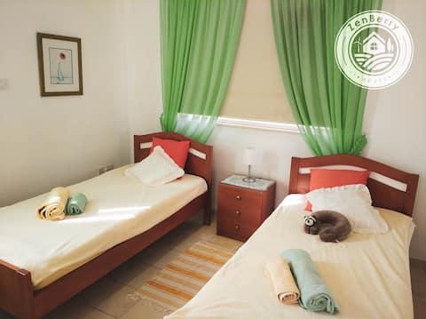 Krásna spálňa v Art Villa neďaleko mora.