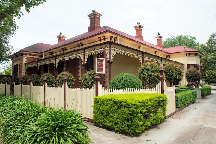 Sunnyside Villa - Heritage B&B