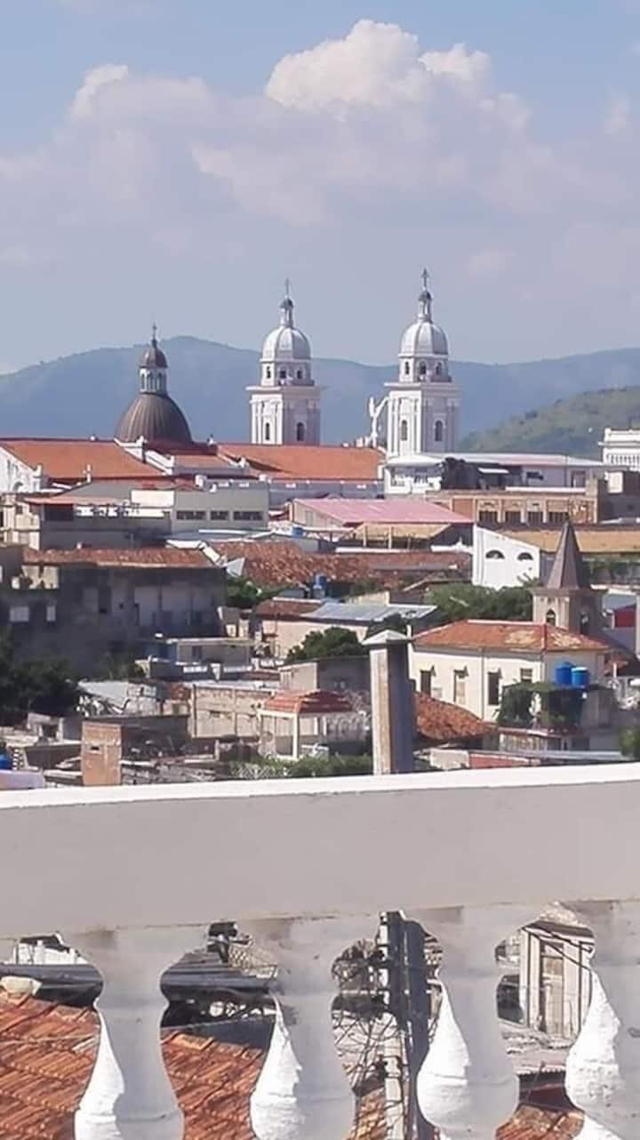 Rentas Arlenis con la vista De Santiago de Cuba