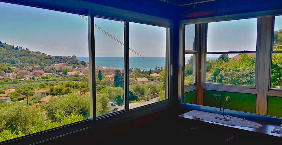 Luminoso appartamento con suggestiva vista mare