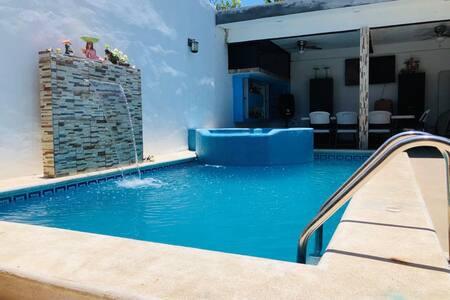 """Casa """"La tabasqueña"""" con piscina y estacionamiento"""