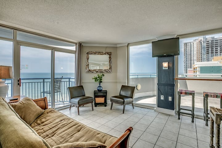 2bd Penthouse, oceanfront,large balcony, sleeps 8