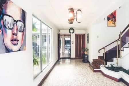 Room, huge house, beautiful neighborhood 3 - Сан-Хосе - Дом