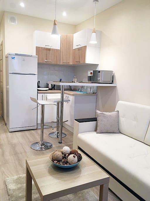 Кухонная зона с барной стойкой