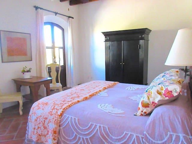 DOS SUITES#2 Top Floor, Intimate, Mineral de Pozos - Pozos - Bed & Breakfast