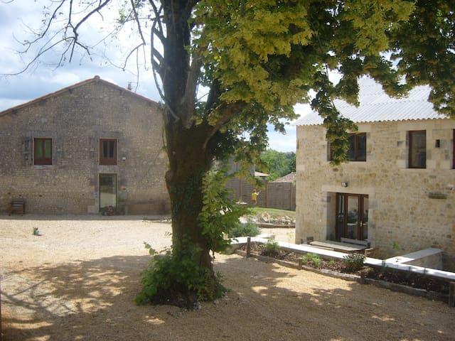 Barn Douglas La ville chevanceaux - Montlieu-la-Garde - House