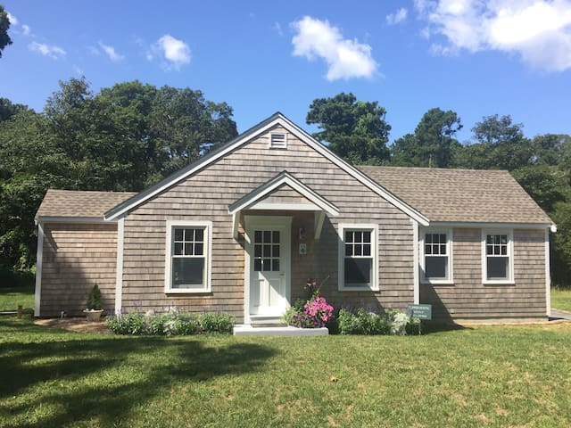 Charming Restored Cottage on the way to Nauset