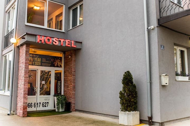 Pet friendly hostel sa prostorom za kamping