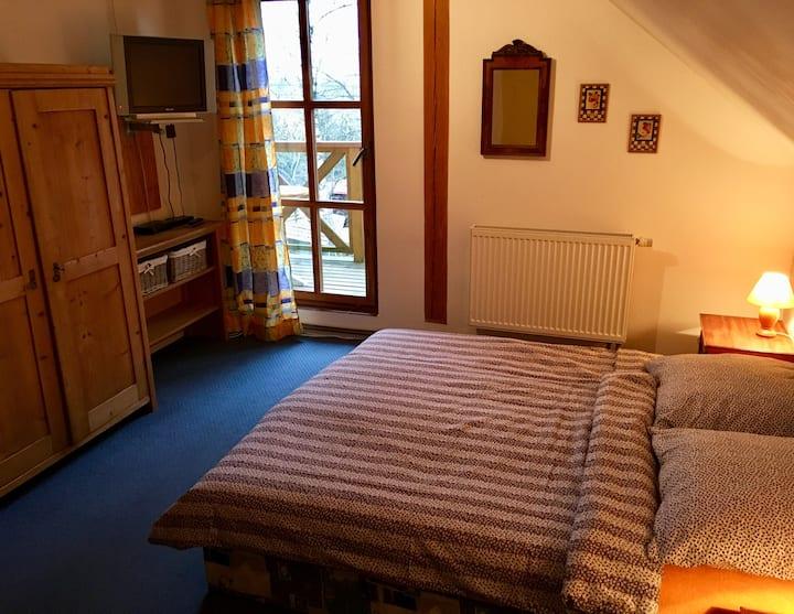 6. Rustikální pokoj s balkónem.