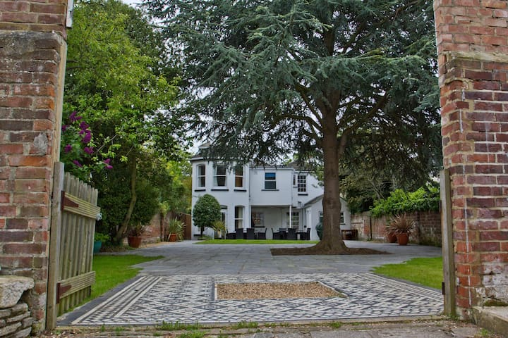 Large Grade II listed  Georgian House in Gosport