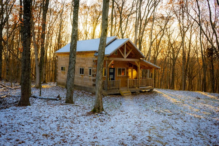 Rustic luxury in private log cabin near Viroqua