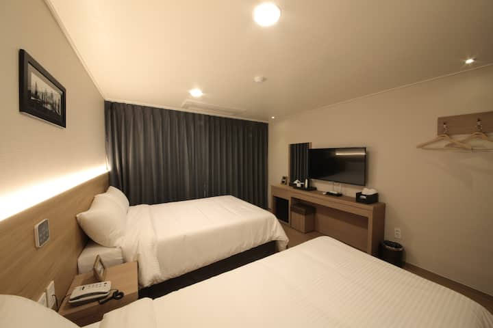 Twin Room (double+single)-Harbor Hotel Jeju