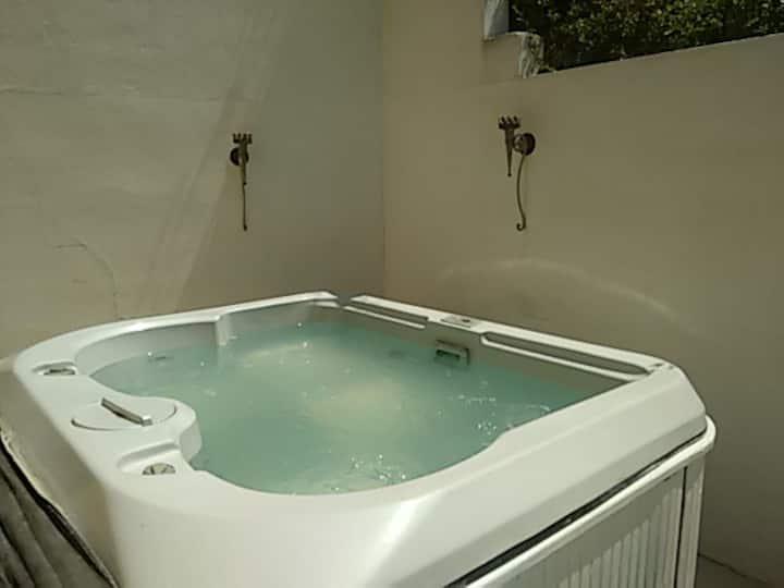 Villa con piscina y jacuzzi exterior