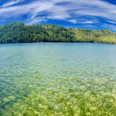Eau clair et tres propre acces au lac