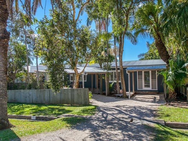 Palm tree lined street in quiet, residential area, only a 3-5 min walk to everything in Byron.