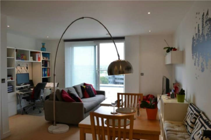 Penthouse views, 1 minute station & supermarket - Uxbridge - Lejlighed