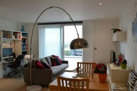 Penthouse views, 1 minute station & supermarket - Uxbridge - 公寓