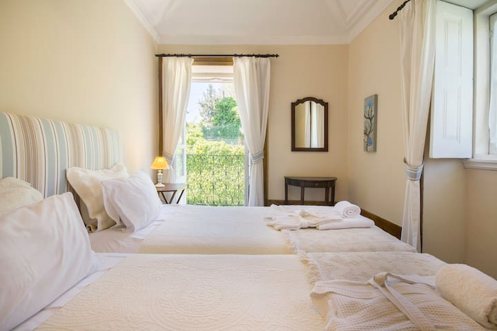 Twin Blue Room | Outeiro Tuias Manor House