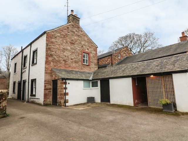 OAK COTTAGE, with open fire in Appleby-In-Westmorland, Ref 998394