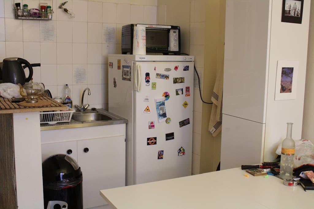 Une cuisine très fonctionnelle avec un grand frigo et de nombreux rangements à votre disposition.