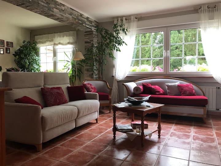 Chambre lumineuse dans une maison au calme!