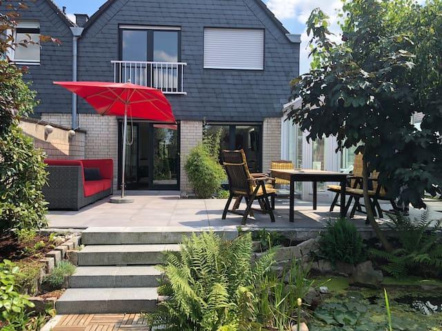 Haus bei Köln mit Garten und Wintergarten