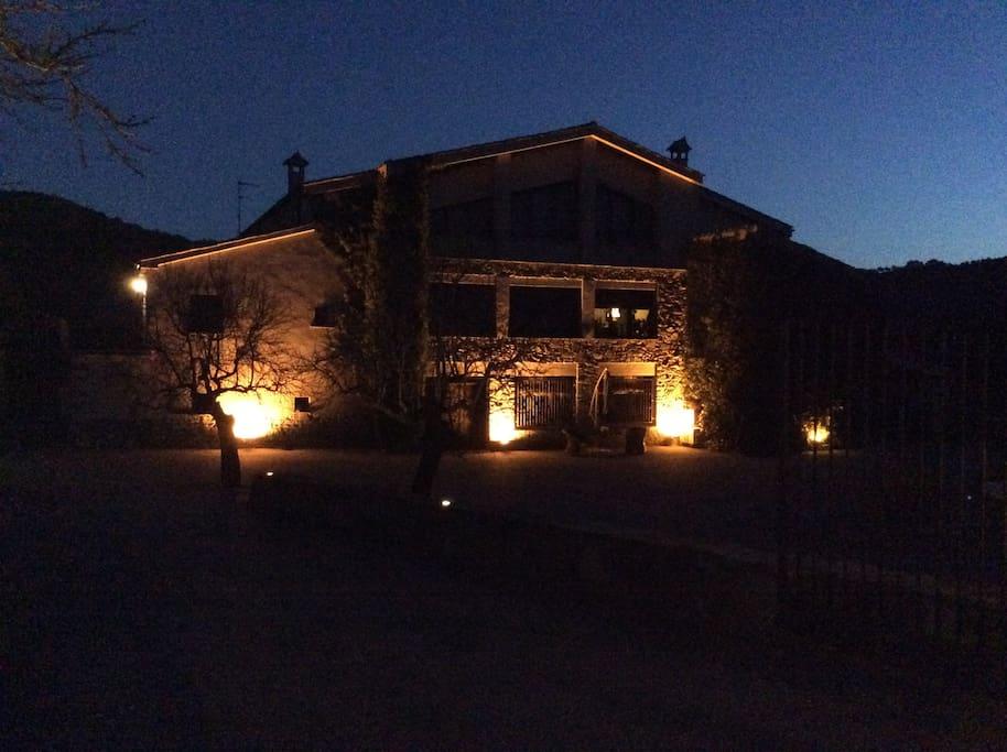 Fachada Masia de noche