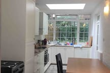 Shepherd's Bush double room, with fitted cupboards