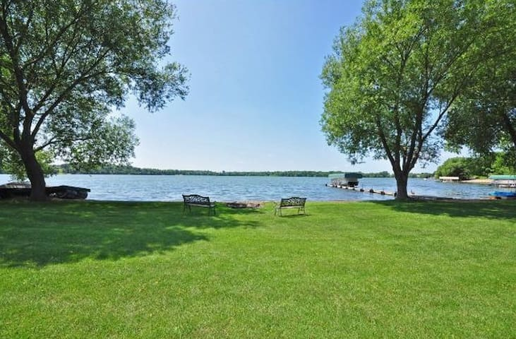 Lake Living Minutes from the Metro!