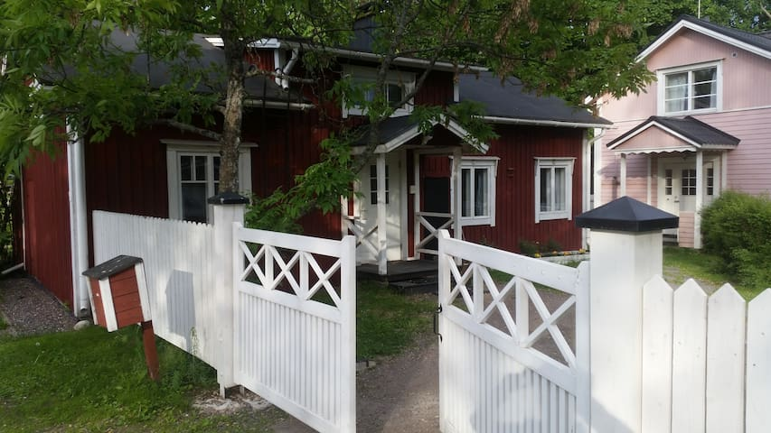 Delightful traditional sauna cottage in Old Town - Porvoo - House