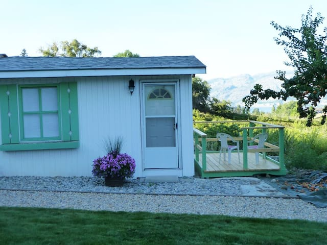 Summerland private lake & orchard view cottage. - Summerland - Chatka