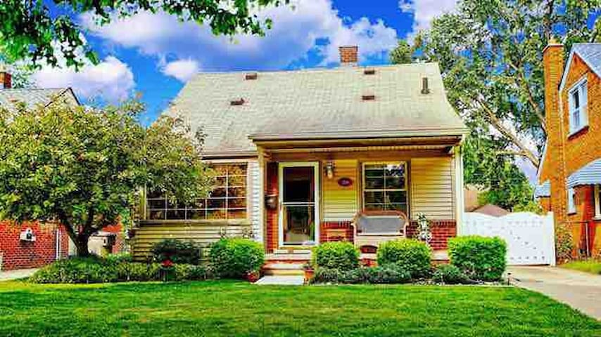 Cozy & Charming Home w/private backyard/Near Park