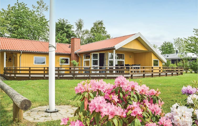Holiday cottage with 4 bedrooms on 101m² in Juelsminde