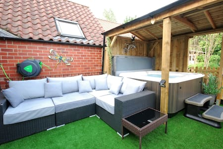 Luxury apartment with hottub opposite NYMR station