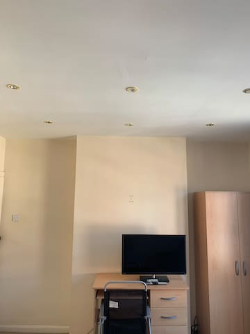 Large double bedroom located 5mins from Town