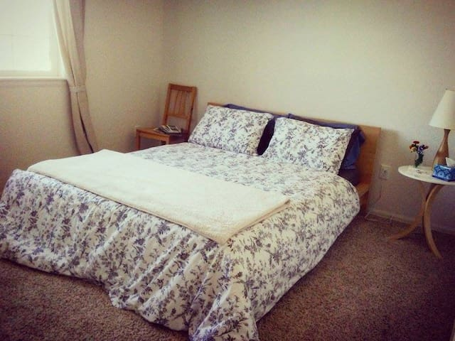 Room#1 Cozy Queen Bed in North Fort Collins