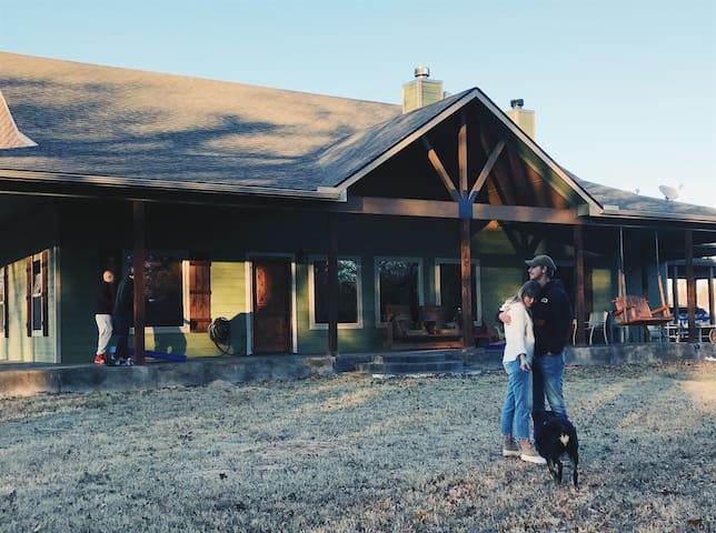 Lake Texoma Retreat w/outdoor fireplace!